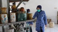Bupati Purwakarta, Hj. Anne Ratna Mustika, SE memeriksa keramik hasil produksi di Litbang Keramik Anjun (1)