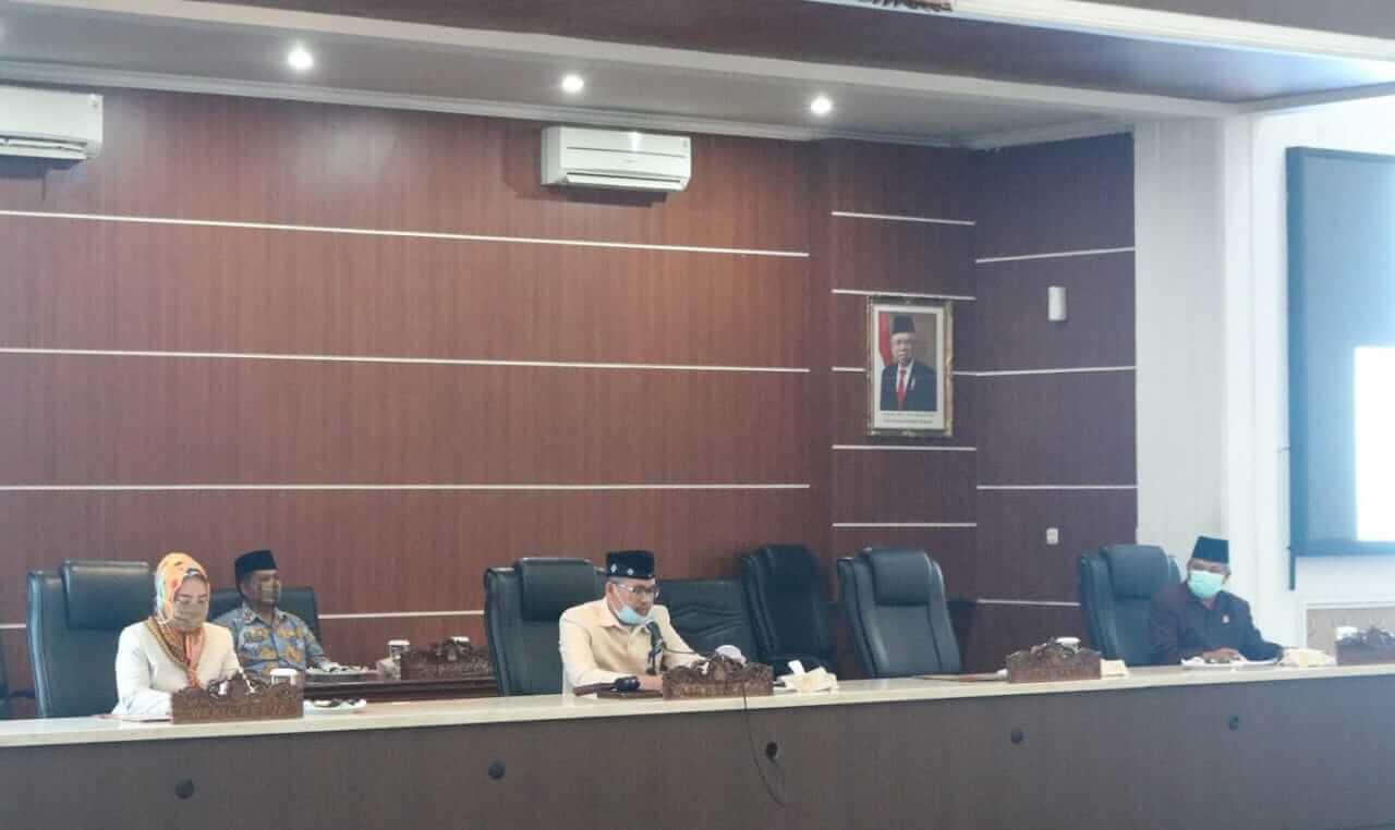 Ketua DPRD, H. Ahmad Sanusi memimpin rapat hasil reses III