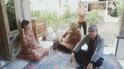 Ketua DPRD Purwakarta, H. Ahmad Sanusi ketika mengunjungi rumah keluarga korban 2 bocah tenggelam di danau bekas galian C