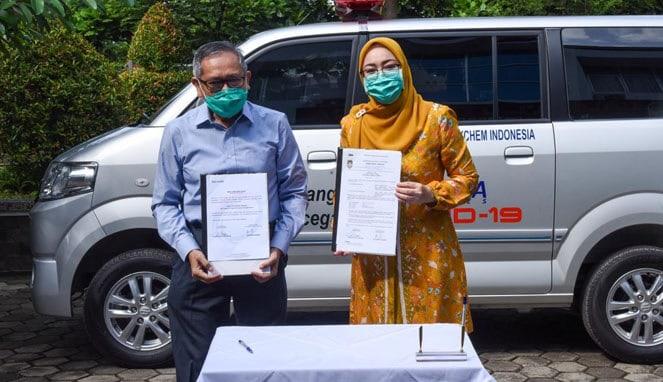 Ketua Gugus Tugas Covid-19 Purwakarta, Hj. Anne Ratna Mustika, SE menerima bantuan mobil ambulance dari PT. Indorama