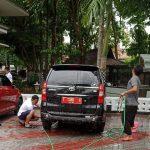 Kepala BKPSDM Mencuci Semua Mobil Yang Masuk ke Kantornya. Ada Apa Ya?