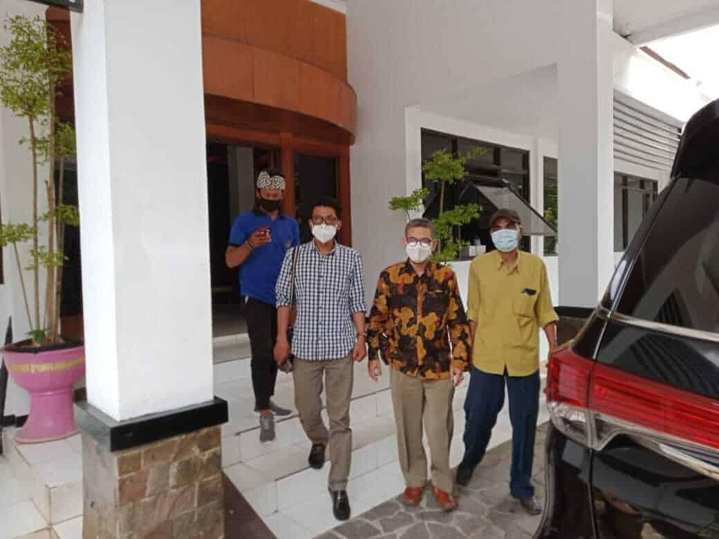 Ketua KMP Zaenal Abidin (pakai baju batik) usai menemui kasie intel Kejasri Purwakarta, Onneri Kahiroza, SH.,MH Terkait Kasus Tajug Gede