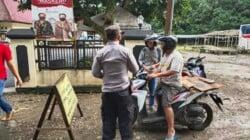 Anggota Polsek Cibogo, Polres Subang, Polda Jabar sedang membagikan masker gratis kepada pengendara sepeda motor dalam rangka PPKM