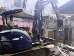 Kios Darurat Bekas Kebakaran Di Pasar Ciranjang Terpaksa Dibongkar Pakai Alat Berat
