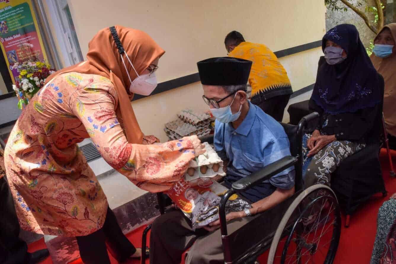 Bupati Purwakarta, Anne Ratna Mustika kasih bantuan sembako kepada warganya