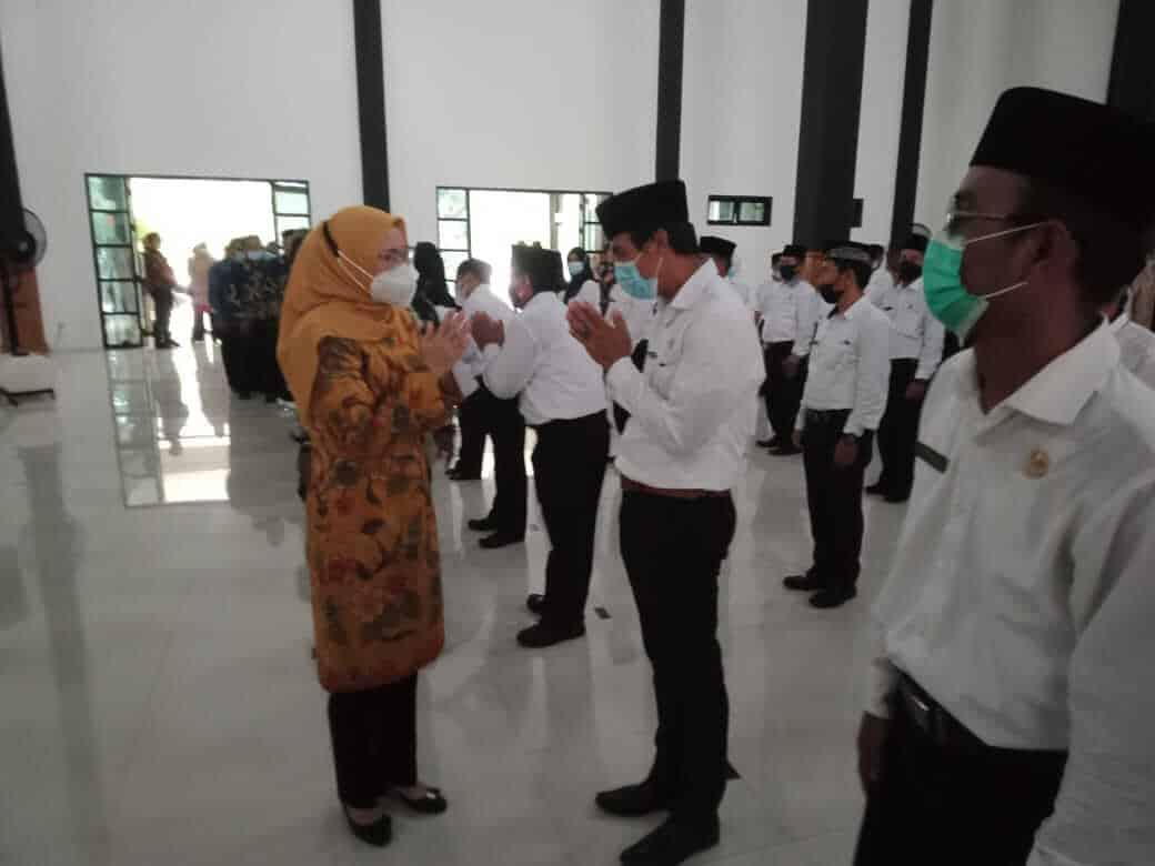 Bupati Purwakarta, Anne Ratna Mustika memberikan ucapan selamat kepada salah seorang kepala sekolah yang baru dilantiknya