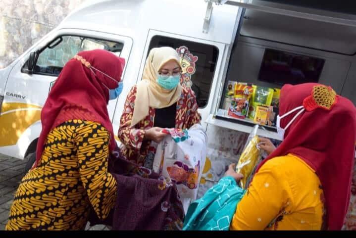 Bupati Purwakarta, Anne Ratna Mustika sedang mengamati produk hasil karya pelaku UMKM