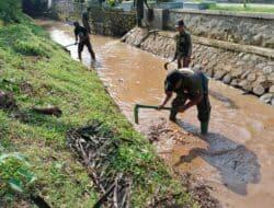 Koramil 1903/Darangdan Laksanakan Kerja Bakti Bersihkan Saluran Air Irigasi Sungai Cisomang