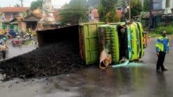 Tak Kuat Menanjak Truk Bermuatan Batubara untuk PT Indorama Tergeuling