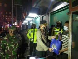 Kapolres Purwakarta Bersama Dandim 0619 Berikan Paket Sembako Kepada Para Pedagang