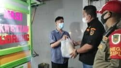 Satpol PP Purwakarta Bagikan Ratusan Paket Sembako kepada Pedagang di Jalan Protokol